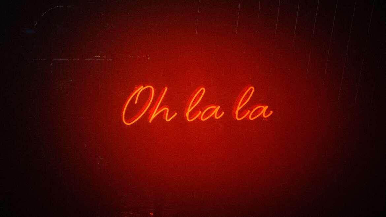Neon czy podświetlone logo – co wybrać?